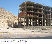 Купить «Египет, Хургада. Строительство многоэтажного здания у скалы.», фото № 2372107, снято 8 октября 2010 г. (c) Равиль Шангараев / Фотобанк Лори