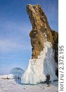 Байкал. Фотограф снимает наплесковые льды на скалах. Стоковое фото, фотограф Виктория Катьянова / Фотобанк Лори