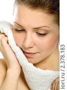 Красивая девушка с полотенцем. Стоковое фото, фотограф Сергей Коршенюк / Фотобанк Лори