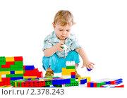 Маленький мальчик играет с кубиками. Стоковое фото, фотограф Сергей Коршенюк / Фотобанк Лори