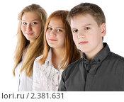 Купить «Мальчик и две девочки улыбаются, стоят в ряд», фото № 2381631, снято 23 ноября 2017 г. (c) Oleg Ivanenko / Фотобанк Лори