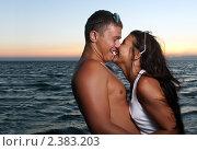 Влюбленная пара на берегу моря вечером. Стоковое фото, фотограф Андрей Петренко / Фотобанк Лори