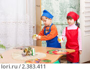 Купить «Дежурные накрывают стол в детском саду», фото № 2383411, снято 25 февраля 2011 г. (c) Майя Крученкова / Фотобанк Лори