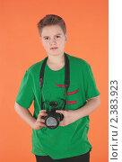 Купить «Молодой парень с фотоаппаратом. Оранжевый фон», фото № 2383923, снято 12 февраля 2011 г. (c) Oleg Ivanenko / Фотобанк Лори