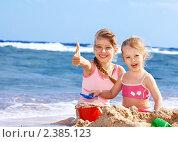 Купить «Девочки играют на пляже», фото № 2385123, снято 11 января 2011 г. (c) Gennadiy Poznyakov / Фотобанк Лори
