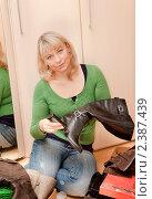 Купить «Уход за обувью», фото № 2387439, снято 5 марта 2011 г. (c) Макарова Елена / Фотобанк Лори