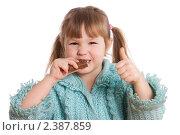 Купить «Маленькая девочка ест шоколадку», фото № 2387859, снято 13 февраля 2011 г. (c) Воронин Владимир Сергеевич / Фотобанк Лори