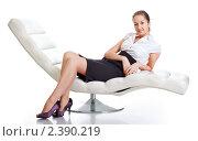 Девушка сидит в большом белом кресле. Стоковое фото, фотограф Петр Малышев / Фотобанк Лори