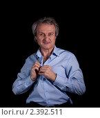 Пожилой мужчина застегивает рубашку. Стоковое фото, фотограф Асадулина Юлия / Фотобанк Лори