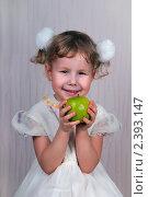 Купить «Девочка держит зеленое яблоко», эксклюзивное фото № 2393147, снято 6 февраля 2011 г. (c) Куликова Вероника / Фотобанк Лори