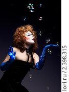 Купить «Девушка в сценическом гриме с мыльными пузырями», фото № 2398315, снято 22 марта 2019 г. (c) Игорь Бородин / Фотобанк Лори