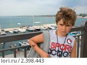 Мальчик с рюкзаком на фоне моря (2010 год). Редакционное фото, фотограф Ольга Шевченко / Фотобанк Лори