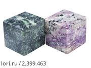Купить «Кубы из серпентинита и чароита на белом фоне», фото № 2399463, снято 3 марта 2011 г. (c) Анна Зеленская / Фотобанк Лори