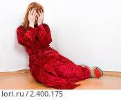 Купить «Женщина в халате  сидит в углу, закрыв лицо руками», фото № 2400175, снято 12 марта 2011 г. (c) паша семенов / Фотобанк Лори