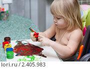 Купить «Ребенок рисует пальчиковыми красками», фото № 2405983, снято 2 февраля 2011 г. (c) Катерина Макарова / Фотобанк Лори