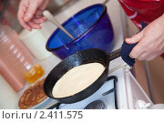 Купить «Женщина готовит блины», фото № 2411575, снято 19 февраля 2011 г. (c) Яков Филимонов / Фотобанк Лори