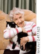 Купить «Пожилая женщина с кошкой сидит на диване», фото № 2417623, снято 6 марта 2011 г. (c) Воронин Владимир Сергеевич / Фотобанк Лори