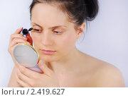 Девушка красит ресницы тушью (2011 год). Редакционное фото, фотограф Дарья Столярова / Фотобанк Лори