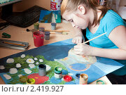 Купить «Девочка-левша рисует красками картину», фото № 2419927, снято 16 марта 2011 г. (c) Макарова Елена / Фотобанк Лори