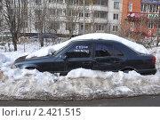 """Купить «Брошенный автомобиль под снегом с надписью """"куплю""""», эксклюзивное фото № 2421515, снято 21 марта 2011 г. (c) Володина Ольга / Фотобанк Лори"""