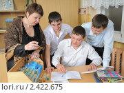 Купить «Старшеклассники на уроке химии», фото № 2422675, снято 21 марта 2011 г. (c) Федор Королевский / Фотобанк Лори