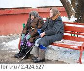 Купить «Бабушки пенсионерки на лавочке», эксклюзивное фото № 2424527, снято 17 января 2010 г. (c) Юрий Морозов / Фотобанк Лори