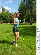 Купить «Девушка занимается спортом на улице в ясный солнечный день», фото № 2425171, снято 6 августа 2009 г. (c) Олег Тыщенко / Фотобанк Лори