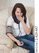 Купить «Молодая женщина измеряет себе давление», фото № 2429447, снято 23 февраля 2011 г. (c) Сергей Дубров / Фотобанк Лори