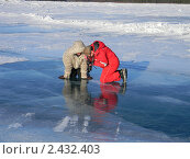 Поиск красивого кадра в текстуре льда (2011 год). Редакционное фото, фотограф Евгений Толстихин / Фотобанк Лори