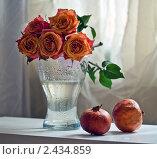 Розы и гранаты. Стоковое фото, фотограф Евдокимова Ольга / Фотобанк Лори