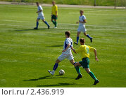 Купить «Футболисты в атаке», фото № 2436919, снято 12 сентября 2009 г. (c) Алексей Пантелеев / Фотобанк Лори