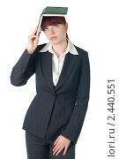 Молодая девушка в деловом костюме с ежедневником на голове. Стоковое фото, фотограф Виктория Кононова / Фотобанк Лори