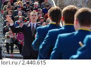 Руководитель дирижирует оркестром на параде 5 мая 2010 года в Ханты-Мансийске. Редакционное фото, фотограф Александр Овчаров / Фотобанк Лори