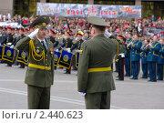 Открытие парада, посвященного празднованию 9 мая в Ханты-Мансийске 2010 года. Редакционное фото, фотограф Александр Овчаров / Фотобанк Лори