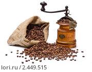 Мешок с жареными кофейными зернами и старая деревянная кофемолка. Стоковое фото, фотограф Валентин Олейников / Фотобанк Лори