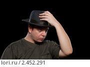 Купить «Мужчина в серой шляпе,  изолированно на черном фоне», фото № 2452291, снято 20 февраля 2011 г. (c) Олег Шеломенцев / Фотобанк Лори