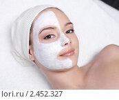 Купить «Косметолог делает маску на лицо молодой женщины», фото № 2452327, снято 25 марта 2011 г. (c) Валуа Виталий / Фотобанк Лори