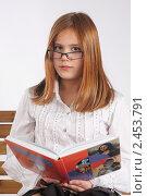 Купить «Умная девочка в очках читает книгу», фото № 2453791, снято 23 ноября 2017 г. (c) Oleg Ivanenko / Фотобанк Лори