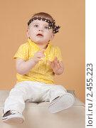 Купить «Маленькая девочка сидит на белом пуфике», фото № 2455223, снято 19 ноября 2010 г. (c) Екатерина Упит / Фотобанк Лори