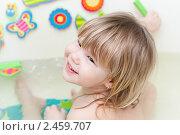 Купить «Малышка играет в ванной», фото № 2459707, снято 8 января 2011 г. (c) Катерина Макарова / Фотобанк Лори