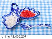 Купить «Соусник с красной икрой и сметаной для подачи к русским блинам», фото № 2466207, снято 6 апреля 2011 г. (c) ElenArt / Фотобанк Лори