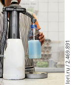 Купить «Свежее молоко от молочной фермы», фото № 2469891, снято 20 мая 2019 г. (c) Marina Appel / Фотобанк Лори