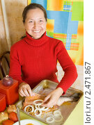 Купить «Женщина готовит рыбу», фото № 2471867, снято 5 октября 2010 г. (c) Яков Филимонов / Фотобанк Лори