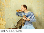 Купить «Мужчина в тельняшке с кружкой пива», фото № 2473595, снято 26 июня 2019 г. (c) Allika / Фотобанк Лори