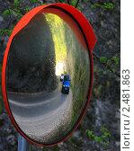 Сферическое зеркало на дороге. Стоковое фото, фотограф Atanas Dimitrov / Фотобанк Лори