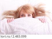 Красивая испуганная девушка в постели. Стоковое фото, фотограф Дмитрий Рогатнев / Фотобанк Лори