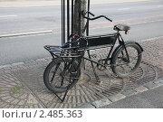 Купить «Старый велосипед у дороги», фото № 2485363, снято 30 июля 2009 г. (c) Vladimir Fedoroff / Фотобанк Лори