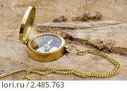 Золотистый компас с крышечкой. Стоковое фото, фотограф Александр Зубарев / Фотобанк Лори