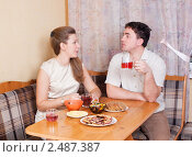 Купить «Семейная пара за столом на кухне», фото № 2487387, снято 8 января 2011 г. (c) Типляшина Евгения / Фотобанк Лори