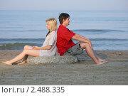 Купить «Пара сидит на камне на пляже», фото № 2488335, снято 19 августа 2018 г. (c) Corwin / Фотобанк Лори